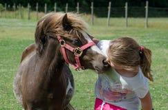 Meisje en poney Stock Foto's