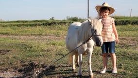 Meisje en poneypaard stock footage