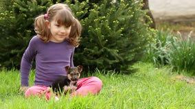 Meisje en puppy stock video