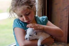 Meisje en puppy Stock Afbeelding
