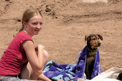 Meisje en puppy op strand royalty-vrije stock afbeeldingen
