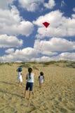 Meisje en rode vlieger Royalty-vrije Stock Foto