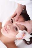 Meisje en schoonheidsspecialist. Gezichts massage. stock foto