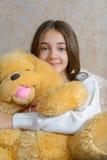 Meisje en stuk speelgoed Royalty-vrije Stock Afbeeldingen