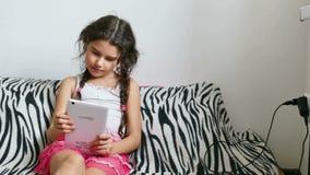 Meisje en tablet stock video