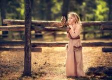Meisje en uil stock foto