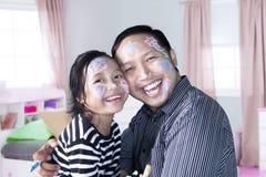 Meisje en vader die samen lachen Stock Foto's