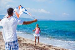 Meisje en vader met vlieger royalty-vrije stock afbeeldingen