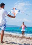 Meisje en vader met vlieger royalty-vrije stock foto