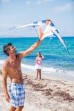 Meisje en vader met vlieger royalty-vrije stock afbeelding