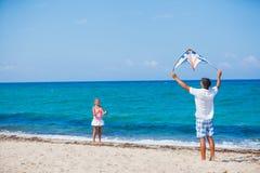 Meisje en vader met vlieger Royalty-vrije Stock Fotografie