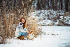Meisje en van het corgi pluizig puppy portret stock afbeelding