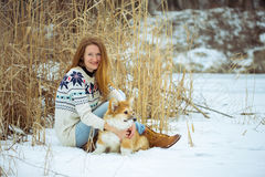 Meisje en van het corgi pluizig puppy portret royalty-vrije stock foto's