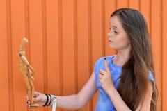 Meisje en verbonden pop stock foto's