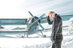 Meisje en vliegtuig de winter Royalty-vrije Stock Fotografie