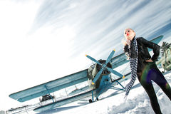 Meisje en vliegtuig de winter Stock Fotografie