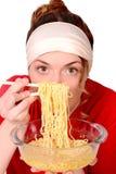 Meisje en voedsel, noedels Royalty-vrije Stock Fotografie