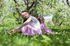 Meisje en vrouw in de de lentetuin Royalty-vrije Stock Foto's