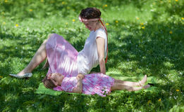 Meisje en vrouw in de de lentetuin Royalty-vrije Stock Afbeelding