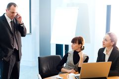 Meisje en vrouwen en mannen met mobiele telefoon Stock Foto