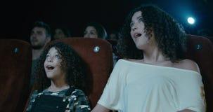 Meisje en vrouwen het letten op film stock video