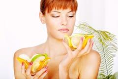 Meisje en vruchten Stock Fotografie