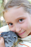 Meisje en weinig konijn Stock Foto's