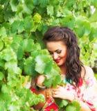 Meisje en wijngaard Stock Afbeeldingen
