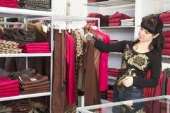 Meisje en winkel royalty-vrije stock fotografie