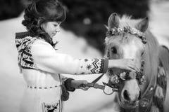 Meisje en witte poney royalty-vrije stock afbeelding