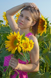 Meisje en zonnebloemen Stock Afbeelding