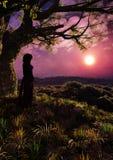 Meisje in Fantasie Forest Romantic Sunset Vertical Stock Afbeelding