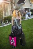 Meisje gaande truc of het behandelen op Halloween in haar kostuum royalty-vrije stock afbeelding