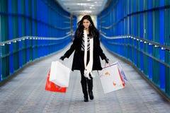 Meisje in gang met zakken Stock Foto's