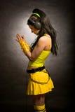 Meisje in geel - cybergoth stijl stock foto