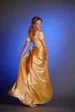 Meisje in gele avond lange kleding Royalty-vrije Stock Afbeelding