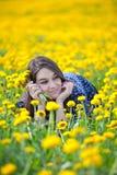 Meisje in gele bloemen Stock Afbeeldingen