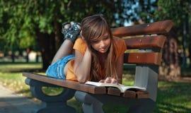 Meisje gelezen boek Royalty-vrije Stock Foto's