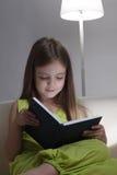 Meisje gelezen boek Royalty-vrije Stock Fotografie