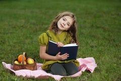 Meisje gelezen boek Stock Foto