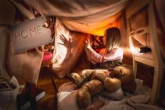 Meisje gemaakt theater van schaduwen in zelf-gemaakt huis bij slaapkamer stock foto's