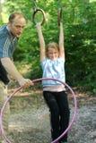 Meisje in geschiktheid met papa Stock Foto's