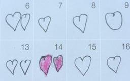 Meisje geschreven hartpunaise in datum van 14 Februari Valentine Stock Foto's