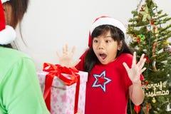 Meisje geworden ppresent Kerstmis Stock Afbeeldingen