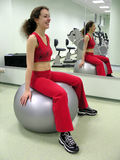 Meisje in gezondheidsclub met spiegel royalty-vrije stock fotografie