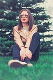 Meisje in glas openlucht Royalty-vrije Stock Fotografie
