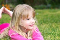Meisje in gras Stock Foto's