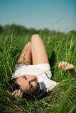 Meisje in gras Stock Afbeelding
