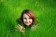 Meisje in gras Stock Foto