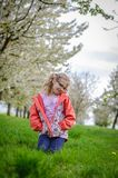 Meisje in gras in de lentezitting in het gras Stock Afbeelding